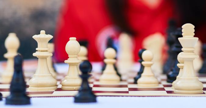 Schackbräde med spelpjäser
