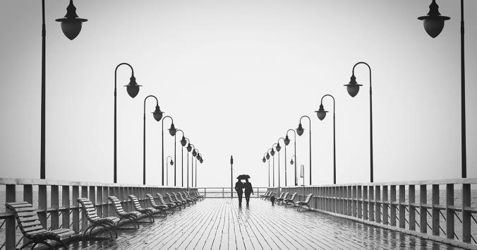 par som promenerar på en pir